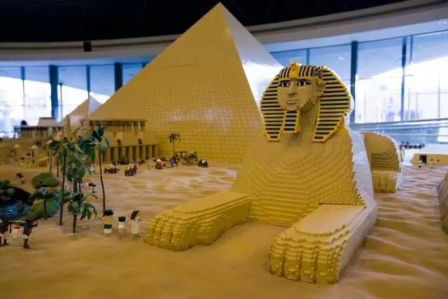 乐高拼成的埃及金字塔和狮身人面像